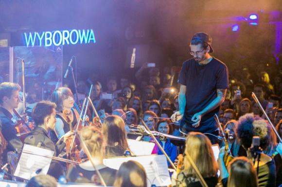 Nowy utwór JIMKA i jego orkiestry marzeń - finał Projektu 30/90 Muzyka, LIFESTYLE - Jak w jednym utworze połączyć setki różnych dźwięków płynących z fortepianu, elektrycznych skrzypiec, saksofonu i gitary z odgłosem domofonu, rozbijającej się tafli lodu czy pracującej wiertarki? Wie o tym Radzimir Dębski!